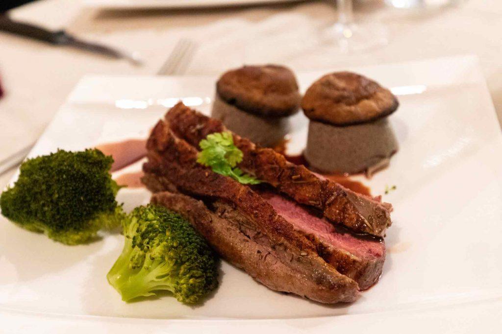magret de canard sauce Bordelaise, royale de champignon et petits légumes de saison