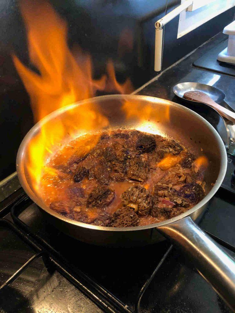 cours de cuisine à domicile Orléans flamber des morilles sauce