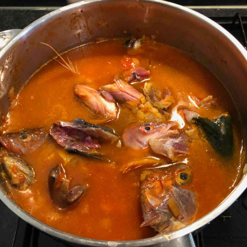 soupe de poisson bouillabaisse qui mijote